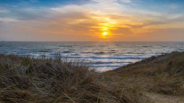 Sonnenuntergang durch die Dünen